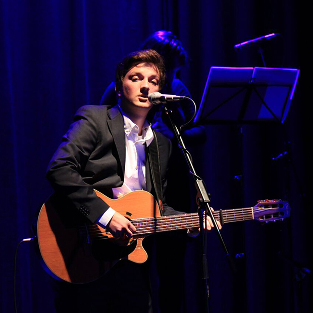 Cantautore Mario Di Leo spielt mit seiner Compagnia mit Stella Di Leo und Luca Di Leo live beim Konzert in den Ansbacher Kammerspielen musica italiana.